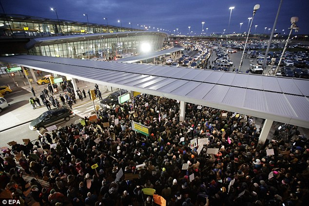 3C9BB8FE00000578-4166762-A_sea_of_protesters_gathered_outside_of_Terminal_4_of_JFK_after_-a-16_1485655847081.jpg